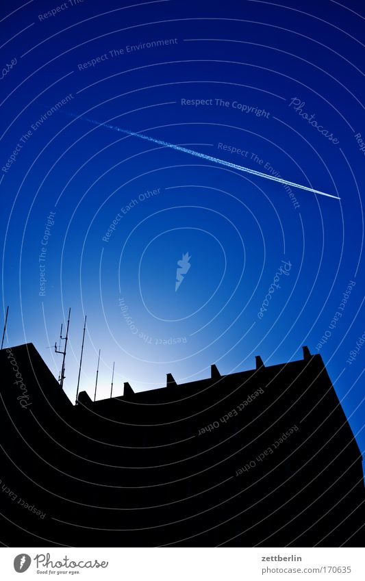 Himmel blau Haus Gebäude Architektur Flugzeug Dach Schönes Wetter Blauer Himmel Stadthaus himmelblau Textfreiraum Kondensstreifen Halo Wolkenloser Himmel