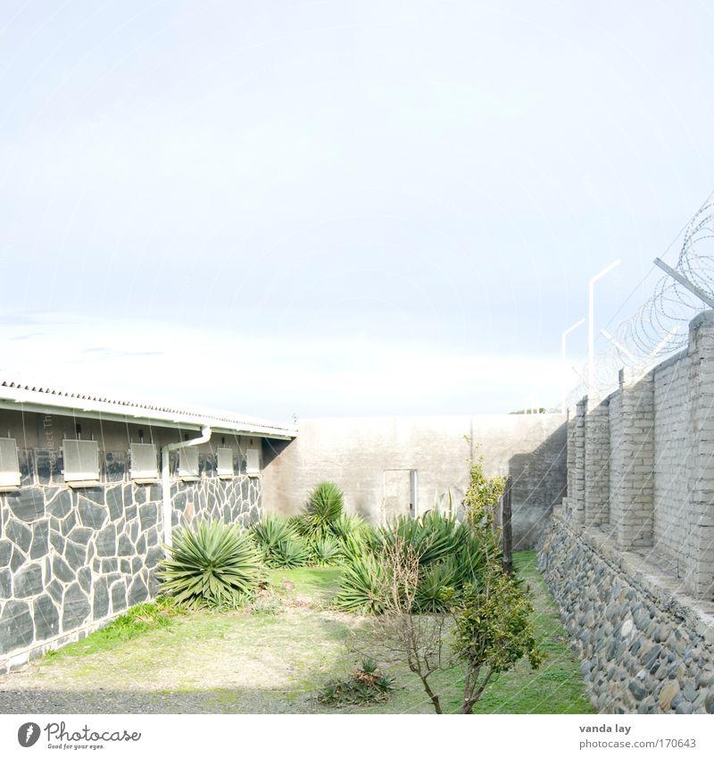 Gefängnishof Farbfoto Außenaufnahme Menschenleer Textfreiraum oben Textfreiraum Mitte Tag Licht Schatten Kontrast Starke Tiefenschärfe Totale Wohnung Garten