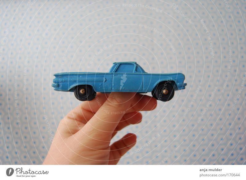 blaues Auto PKW Spielzeug Kunststoff einfach retro Lebensfreude Farbfoto Menschenleer Tag