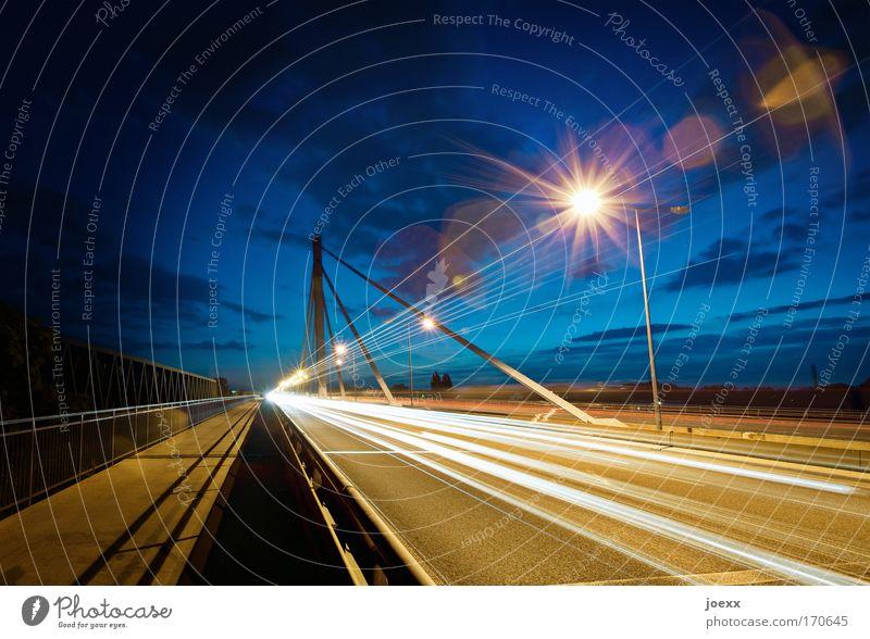 Streiflichter I Himmel Langzeitbelichtung Straße PKW Fahrzeug Straßenverkehr Licht Verkehr Geschwindigkeit Brücke fahren Lastwagen Autobahn Laterne Bauwerk