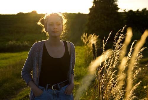Alexa | und die Grashalme Mensch Natur Jugendliche Sommer schön Junge Frau Sonne Landschaft 18-30 Jahre Erwachsene Umwelt Traurigkeit Wiese feminin