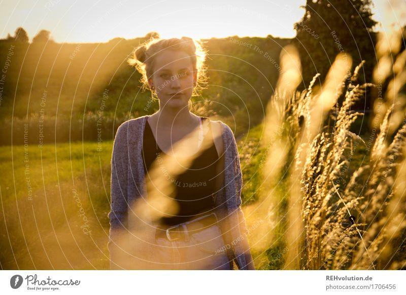 Alexa   und die Grashalme Mensch feminin Junge Frau Jugendliche 1 18-30 Jahre Erwachsene Umwelt Natur Landschaft Wiese Feld Haare & Frisuren blond stehen