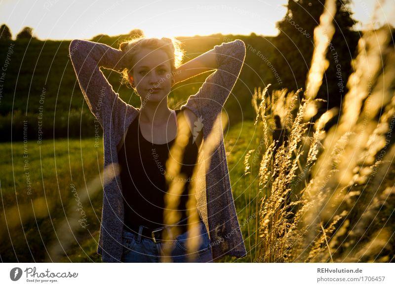 Alexa | leuchtet feminin Junge Frau Jugendliche 1 Mensch 13-18 Jahre Umwelt Natur Landschaft Sonnenaufgang Sonnenuntergang Sonnenlicht Gras Wiese Feld Jacke