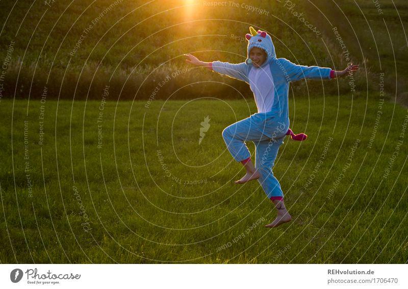 Tlön | tanzendes Einhorn Mensch Natur Jugendliche Pflanze Sommer Junge Frau Landschaft Freude 18-30 Jahre Erwachsene Umwelt Wiese lustig Bewegung Gras feminin