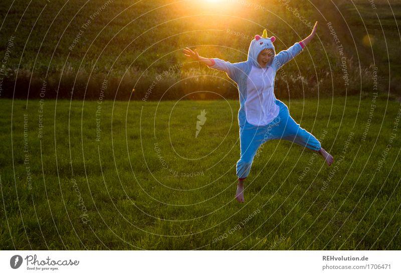 begeistertes einhorn Mensch feminin Junge Frau Jugendliche 1 18-30 Jahre Erwachsene Umwelt Natur Landschaft Sonne Sommer Wiese Feld Bekleidung Anzug Fell