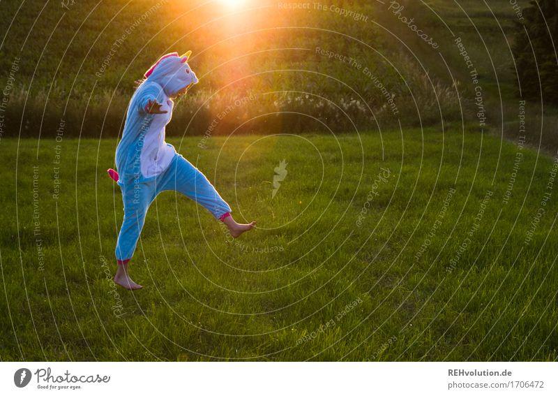 künstlich | Einhorn Mensch Natur Jugendliche Sommer Sonne Landschaft 18-30 Jahre Erwachsene Umwelt Wiese lustig feminin springen Feld verrückt Schönes Wetter