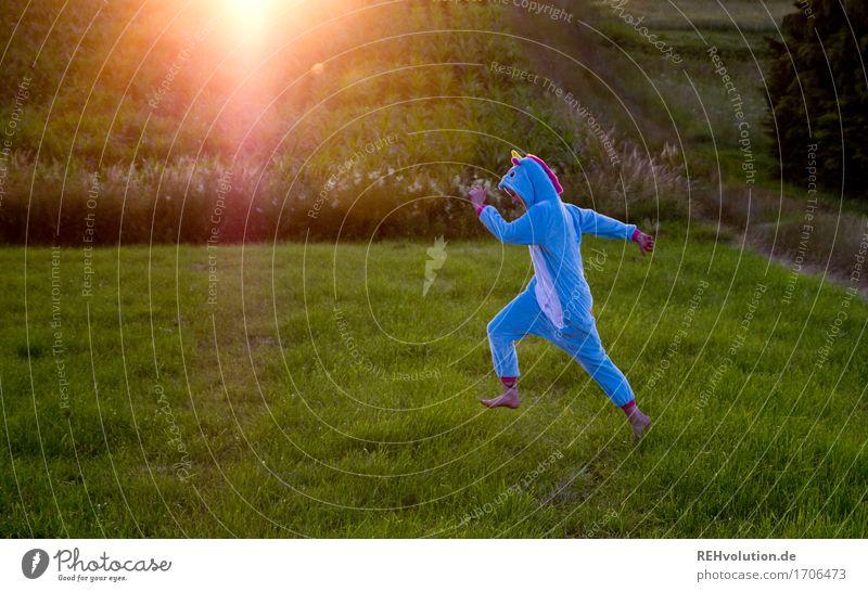 Tlön | rennendes Einhorn Mensch Natur Jugendliche blau Pflanze grün Junge Frau Landschaft Tier Freude 18-30 Jahre Erwachsene Umwelt Wiese lustig Bewegung