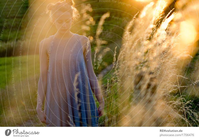 Alexa | im Abendlicht Mensch feminin Junge Frau Jugendliche 1 18-30 Jahre Erwachsene Umwelt Natur Landschaft Gras Wiese Kleid Haare & Frisuren blond langhaarig