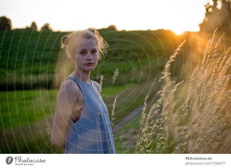 Alexa im Abendlicht Mensch Natur Jugendliche Sommer schön grün Junge Frau Landschaft 18-30 Jahre Erwachsene Umwelt Wiese feminin außergewöhnlich