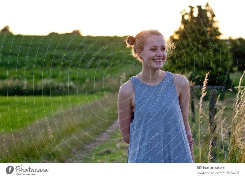 Alexa | lacht Mensch feminin Junge Frau Jugendliche 1 18-30 Jahre Erwachsene Umwelt Natur Landschaft Wiese Feld Kleid Haare & Frisuren blond langhaarig Lächeln