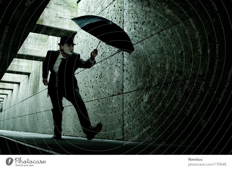 Man kann nie vorsichtig genug sein Mensch Mann schwarz Erwachsene dunkel Gefühle elegant maskulin verrückt ästhetisch trist Hut unten Anzug skurril Tunnel