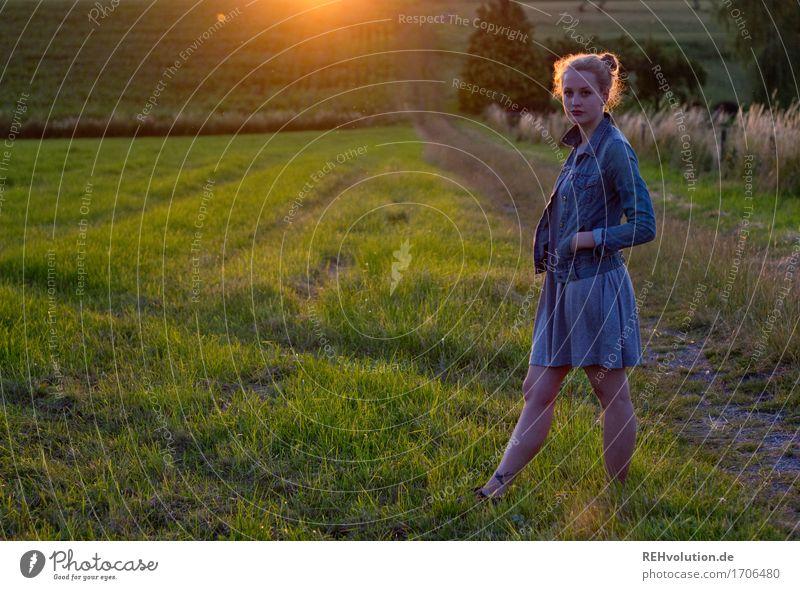 Alexa | Abendlicht Lifestyle Stil Mensch Junge Frau Jugendliche 1 18-30 Jahre Erwachsene Umwelt Natur Landschaft Wiese Feld Kleid Jacke Haare & Frisuren blond