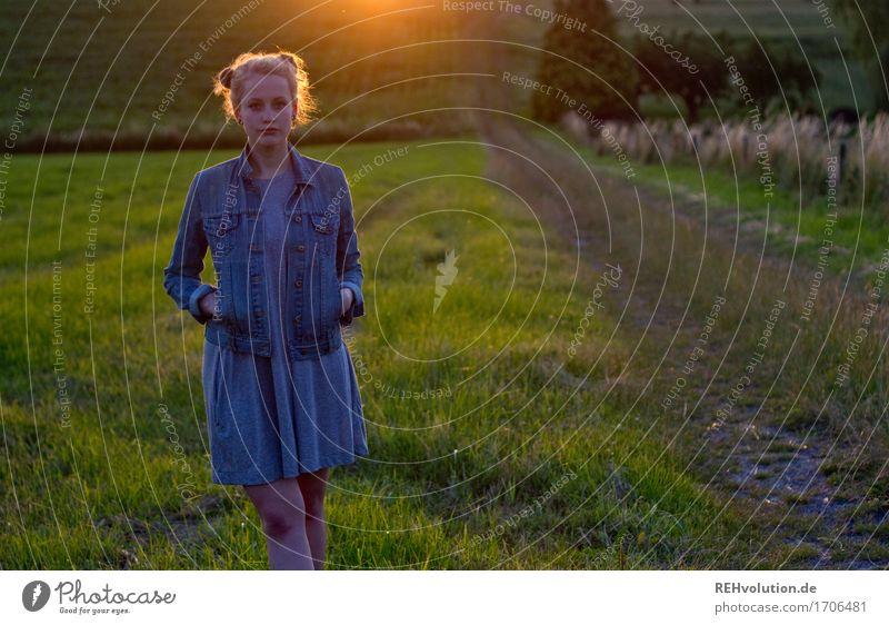 Alexa | im Abendlicht Ausflug Mensch feminin Junge Frau Jugendliche 1 18-30 Jahre Erwachsene Umwelt Natur Landschaft Gras Wiese Feld Kleid Jacke