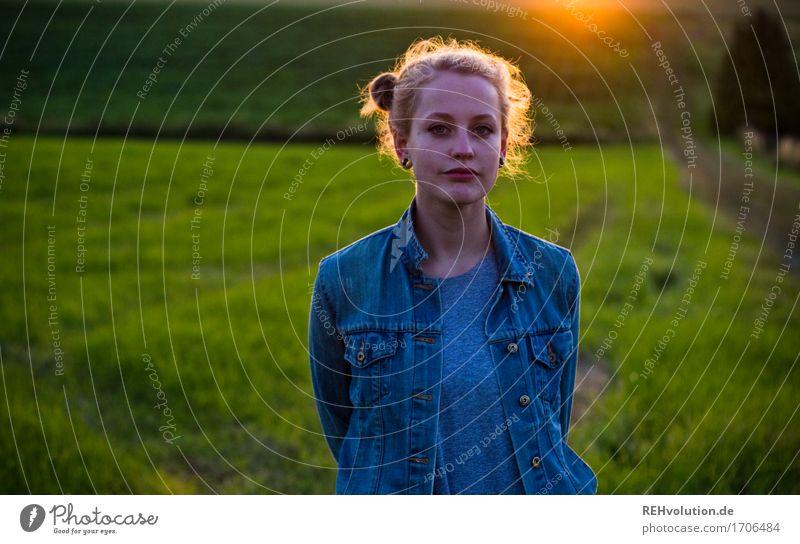 Alexa | im Abendlicht Mensch feminin Junge Frau Jugendliche 1 18-30 Jahre Erwachsene Umwelt Natur Landschaft Gras Wiese Feld Haare & Frisuren blond langhaarig
