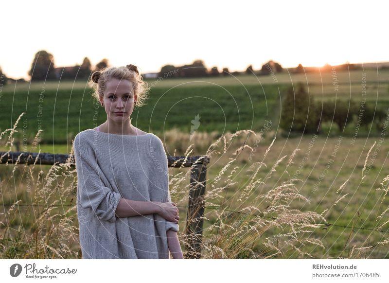 Alexa | im Abendlicht Mensch Natur Jugendliche Sommer schön Junge Frau Sonne Landschaft 18-30 Jahre Erwachsene Umwelt Wiese natürlich feminin Mode