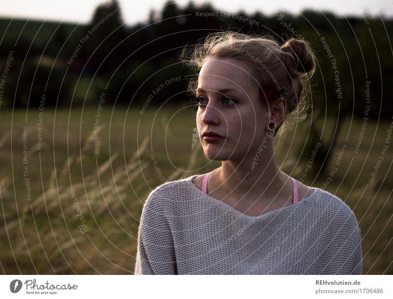 Alexa   am Abend Ausflug Mensch feminin Junge Frau Jugendliche 1 18-30 Jahre Erwachsene Umwelt Natur Landschaft Pflanze Sommer Wiese Feld Pullover Ohrringe