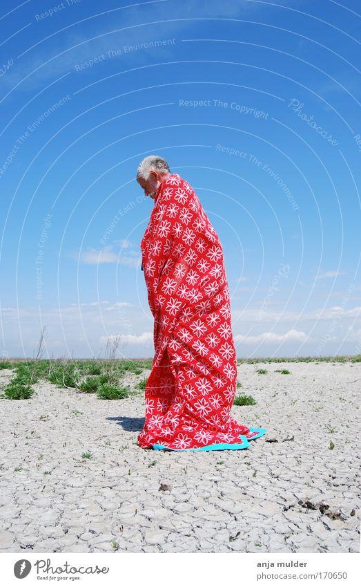 Mensch Mann Natur alt Himmel weiß rot ruhig Senior Einsamkeit Leben kalt Traurigkeit Sand Feld Erwachsene