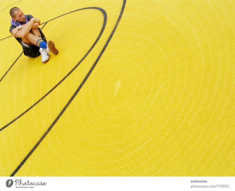 spielverderber Mensch Jugendliche Einsamkeit gelb Sport Traurigkeit blond Erwachsene sitzen T-Shirt Freizeit & Hobby Turnschuh Schal Basketball