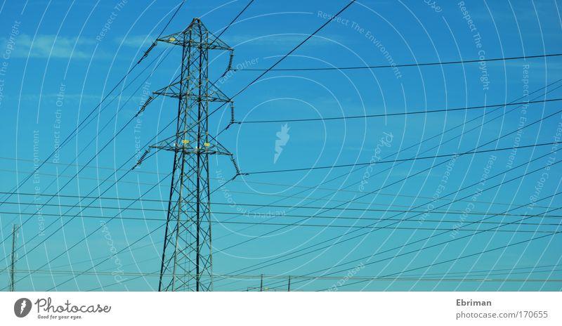 Verkabelt Himmel blau Umwelt oben grau Luft Metall Linie hoch modern groß Energiewirtschaft ästhetisch Elektrizität Kabel Zukunft