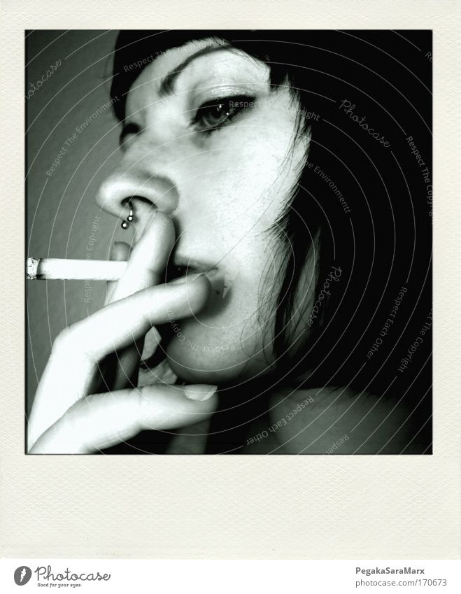 smoke Mensch Jugendliche Gesicht schwarz Auge Leben feminin Haare & Frisuren Kopf Polaroid Erwachsene Finger einfach Rauchen Zigarette Frau