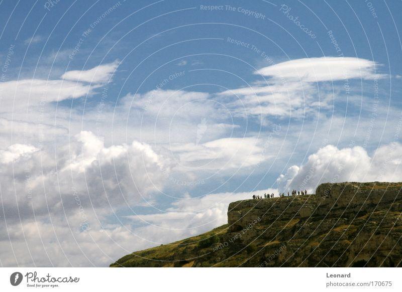 Farbfoto Außenaufnahme Tag Kontrast Sonnenlicht Starke Tiefenschärfe Zentralperspektive Panorama (Aussicht) Ausflug Sightseeing Berge u. Gebirge wandern Mensch