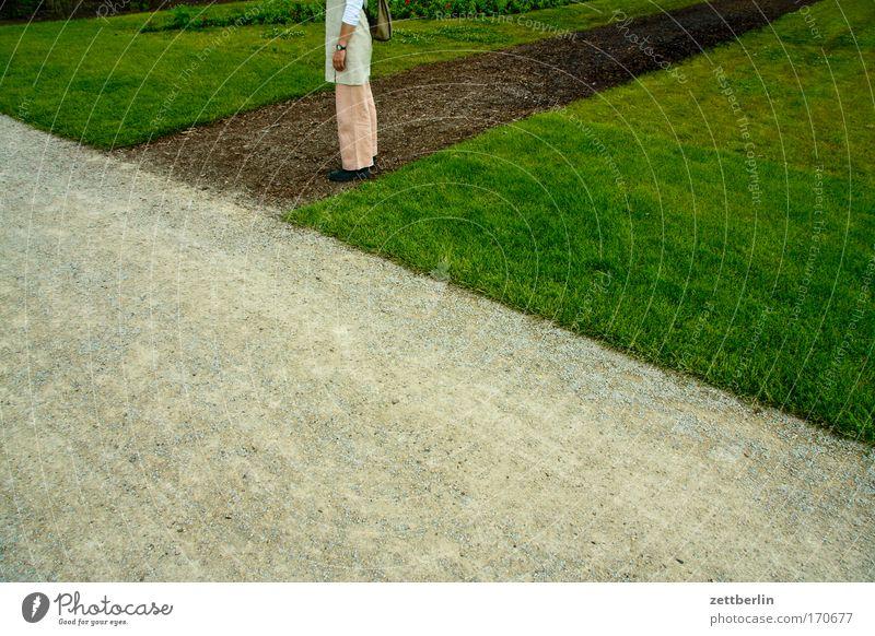 Wege Frau grün Pflanze Wiese Gras Garten Wege & Pfade Park Beine warten wandern Ecke Rasen stehen Spaziergang Hose