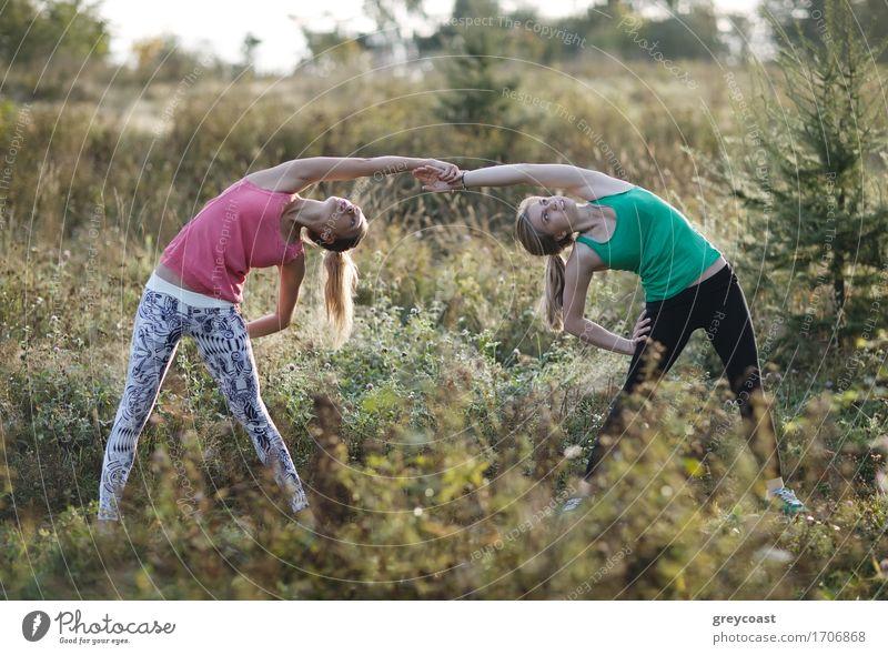 Zwei geschmeidige junge Frauen, die zusammen ausarbeiten Mensch Natur Jugendliche Stadt schön Junge Frau Landschaft Erholung Mädchen 18-30 Jahre Erwachsene