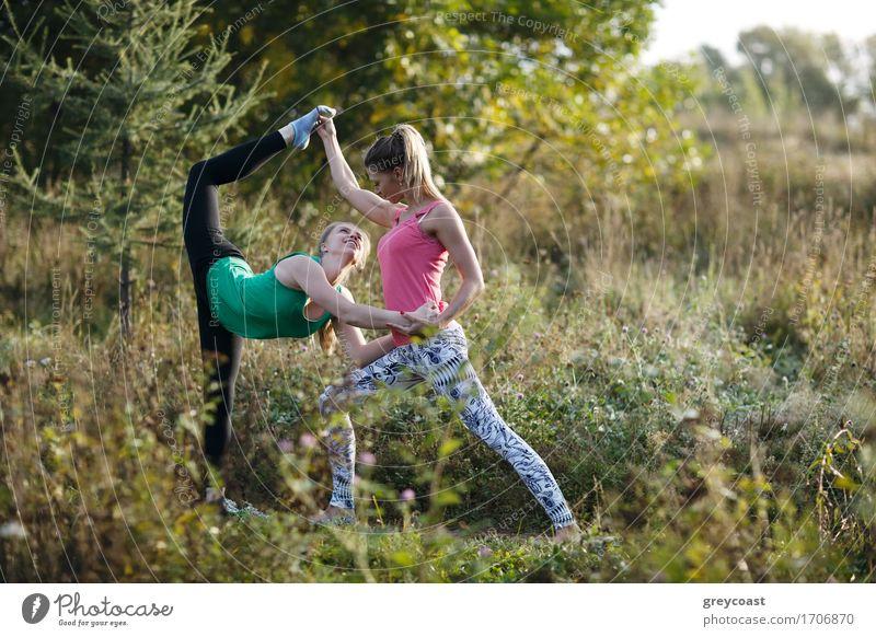 Zwei schöne gymnasts oder Tänzer, die ausarbeiten Mensch Frau Natur Jugendliche Pflanze Sommer Junge Frau weiß Baum Landschaft Mädchen Wald 18-30 Jahre