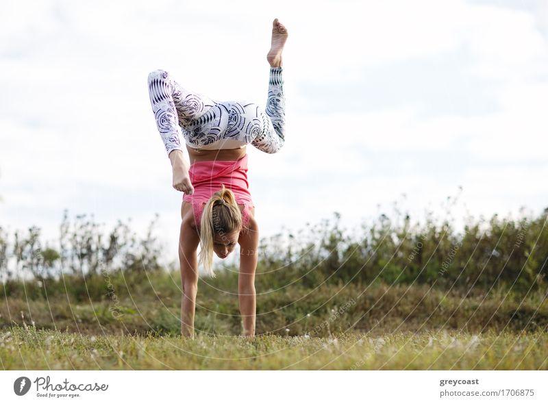 Agile junge Frau, die einen Handstand tut Sport Mädchen Junge Frau Jugendliche Erwachsene 1 Mensch 18-30 Jahre Landschaft blond langhaarig Fitness sportlich