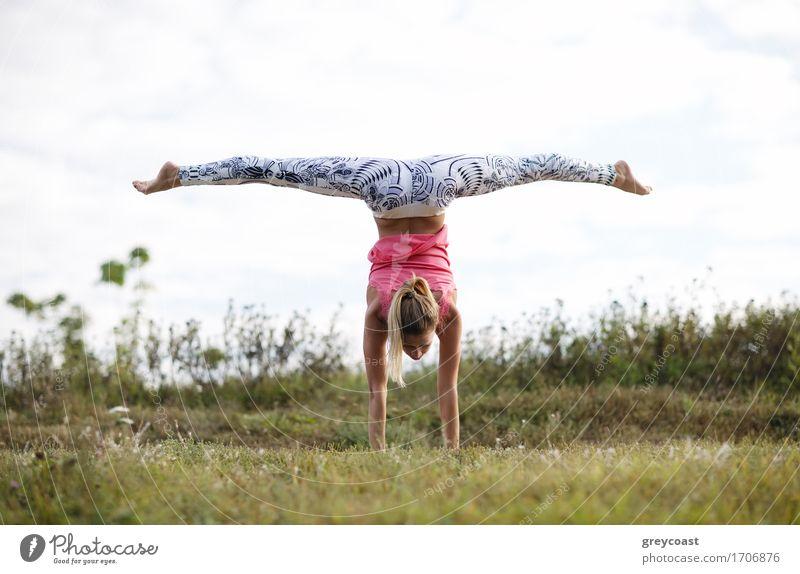 Mädchentraining im Freien Sommer Sport Fitness Sport-Training Mensch Junge Frau Jugendliche Erwachsene Hand 1 18-30 Jahre Natur Landschaft Gras Eisenbahn blond