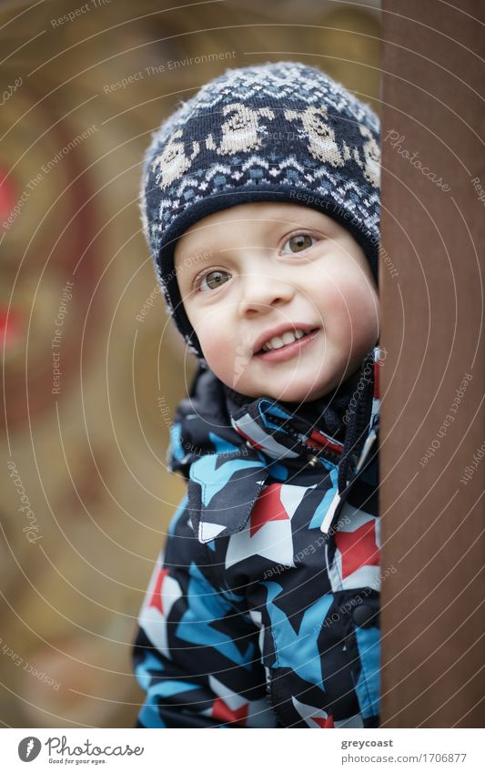 Mensch Kind schön Winter Junge klein blond Lächeln Baby niedlich Freundlichkeit Kleinkind seltsam vertikal unschuldig gestrickt