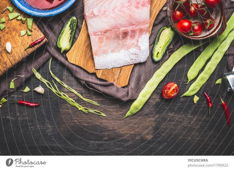Fischfilets Zubereitung mit grünen Bohnen, Tomaten und Zutaten Gesunde Ernährung Speise Leben Foodfotografie Stil Lebensmittel Design frisch Tisch