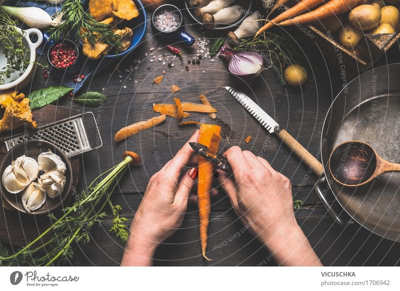 Frauenhände schälen Möhre auf dunklem Küchentisch Mensch Gesunde Ernährung Hand Erwachsene Foodfotografie feminin Stil Lebensmittel Design Kräuter & Gewürze