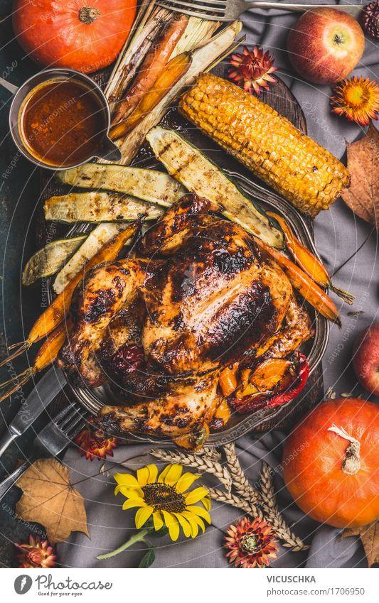 Ganzes Brathähnchen serviert mit Sauce, Mais und Gemüse Gesunde Ernährung Speise Foodfotografie Herbst Stil Lebensmittel Design Tisch Apfel Restaurant Geschirr