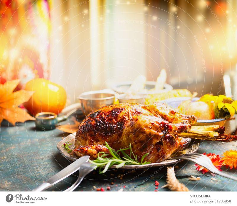 Erntedankfest Tisch mit Brathähnchen Fleisch Gemüse Kräuter & Gewürze Ernährung Festessen Geschirr Teller Besteck Stil Design Innenarchitektur