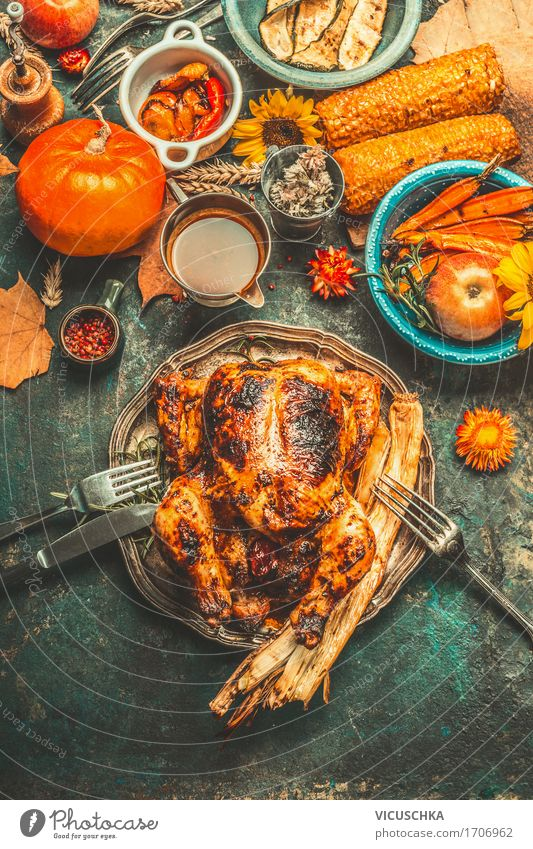 Erntedankfest Abendessen mit ganzes Hähnchen und Gemüse Winter gelb Herbst Stil Feste & Feiern Party Design Häusliches Leben Tisch kochen & garen Restaurant