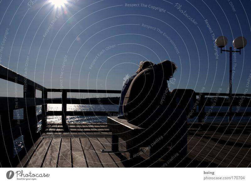mit dem Rücken zum Meer - zu zweit Frau Mann Ferien & Urlaub & Reisen ruhig Senior Küste Traurigkeit Paar Zusammensein sitzen warten paarweise Bank