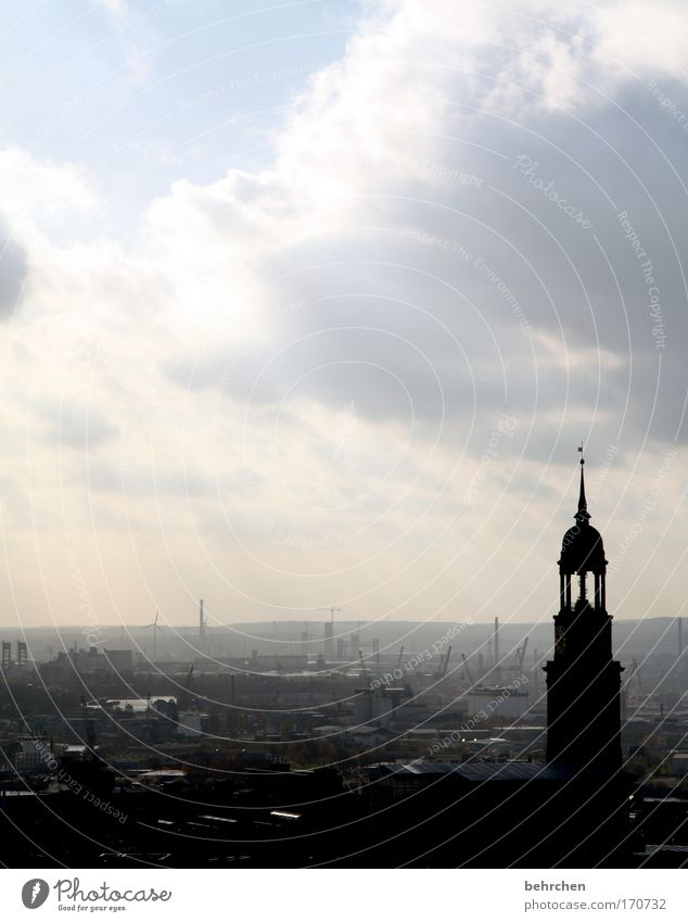 die schönste stadt der welt Farbfoto Außenaufnahme Silhouette Sonnenstrahlen Gegenlicht Himmel Wolken Hafenstadt Altstadt Kirche Sehenswürdigkeit Wahrzeichen