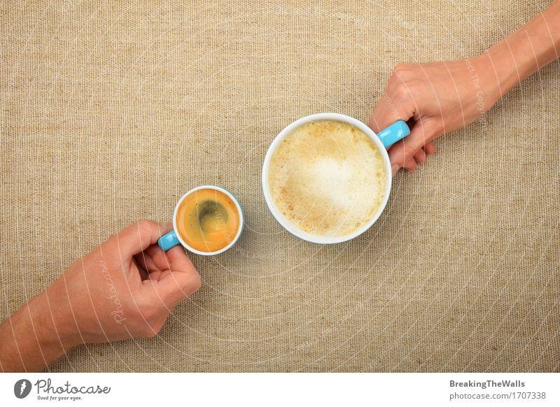 Zwei Hände, Mann und Frau, mit Kaffeetassen auf Leinwand Hand Erwachsene Liebe klein Zusammensein Freundschaft Aussicht einzigartig Romantik Getränk heiß Top