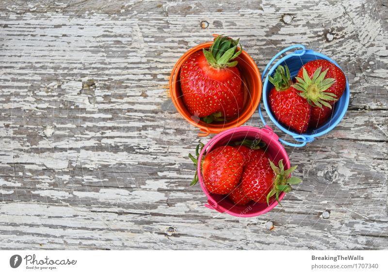 Drei kleine Eimer Erdbeere auf altem Weinleseholz Sommer Gesunde Ernährung rot Lifestyle Gesundheit Holz Lebensmittel Metall Frucht frisch Aussicht Tisch Idee