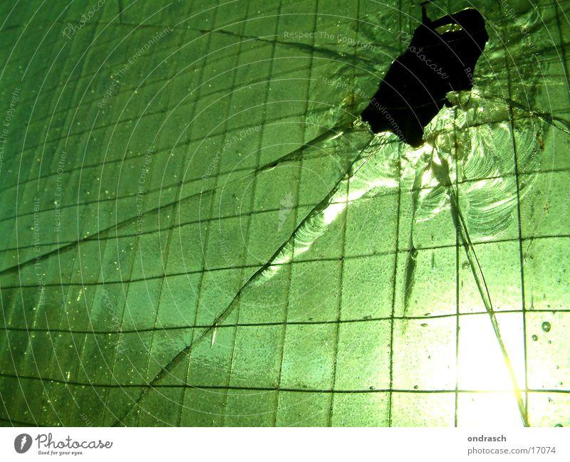 Glaseinschlag | No2 Splitter Licht Gegenlicht grün Fabrik Architektur Fensterscheibe Loch Sonne