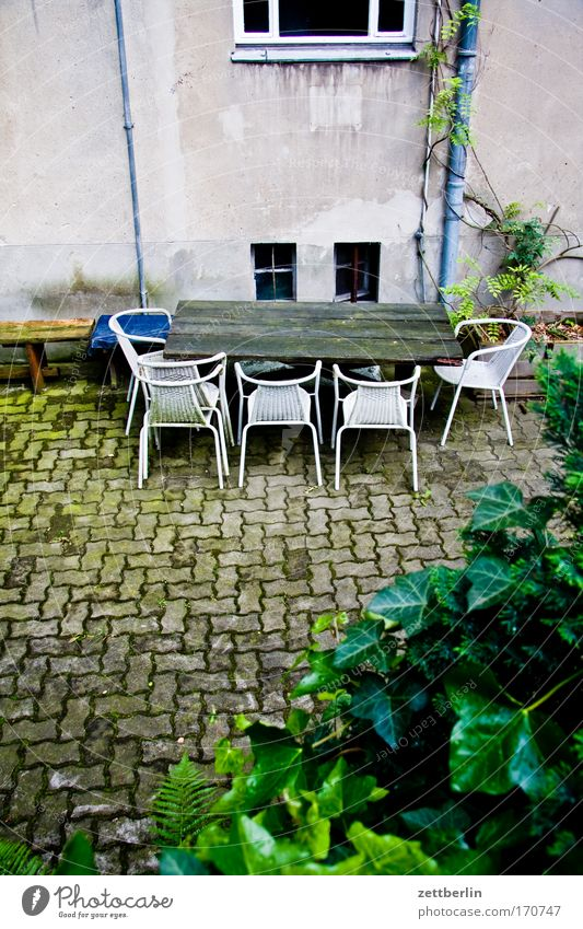 Stuhlkreis Haus leer Ernährung Tisch Stuhl Möbel Sitzung Mahlzeit Hinterhof Verabredung Versammlung Hof Besprechung Kommunizieren