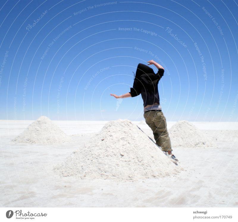 schräges Salzgebirge Mensch Himmel Natur blau weiß Freude Einsamkeit Landschaft springen Zufriedenheit leer außergewöhnlich Coolness Wüste skurril Kapuze