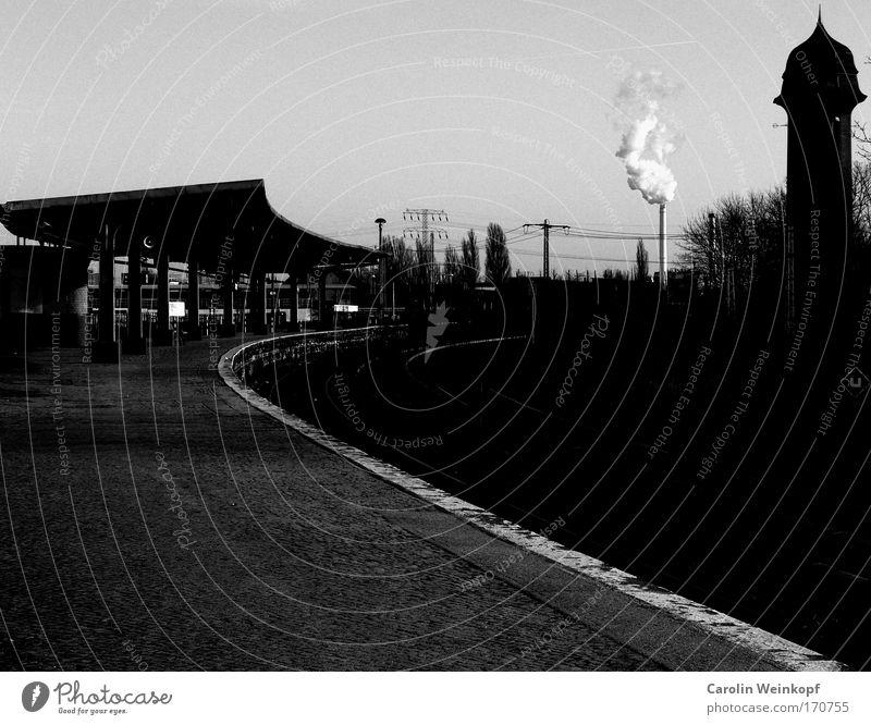 Endstation Sehnsucht. Schwarzweißfoto Außenaufnahme Menschenleer Textfreiraum links Textfreiraum oben Textfreiraum unten Tag Schatten Kontrast Silhouette