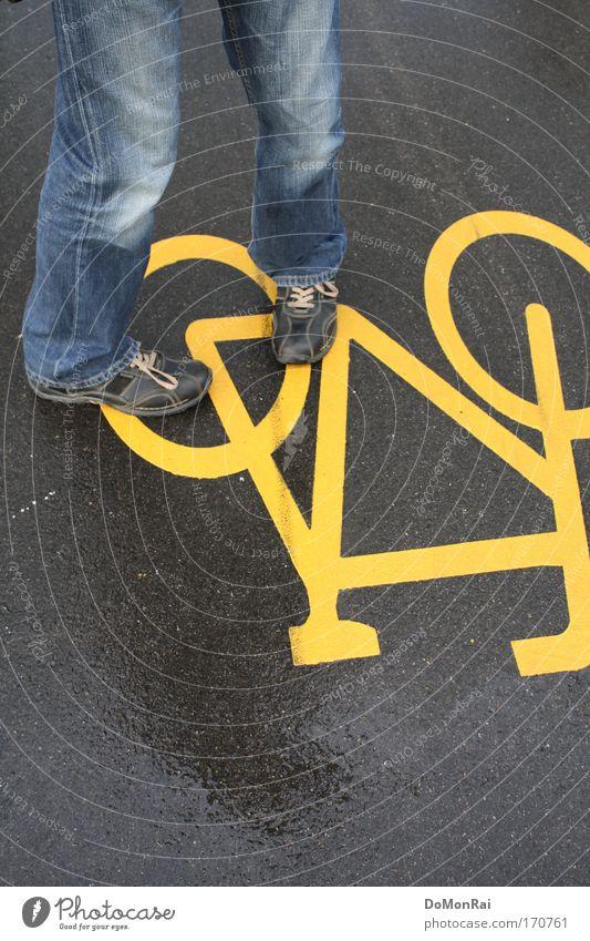 Nr. 0000011101 Mensch Mann blau gelb grau Regen Schuhe Fahrrad glänzend Erwachsene maskulin Europa Jeanshose stehen Schweiz Hose