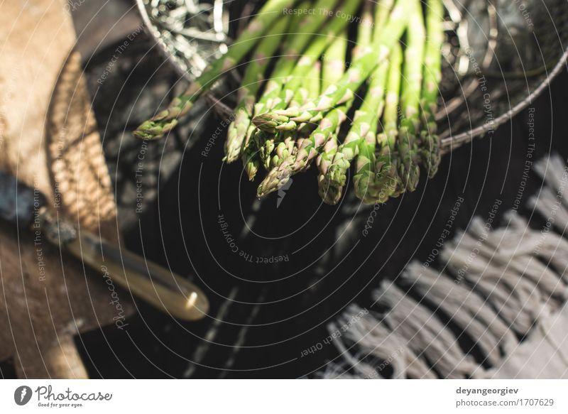 Spargel auf Weinlesetabelle. grün dunkel Holz frisch Ernährung Tisch Küche lecker Gemüse Mahlzeit Vegetarische Ernährung Diät roh rustikal Zutaten organisch