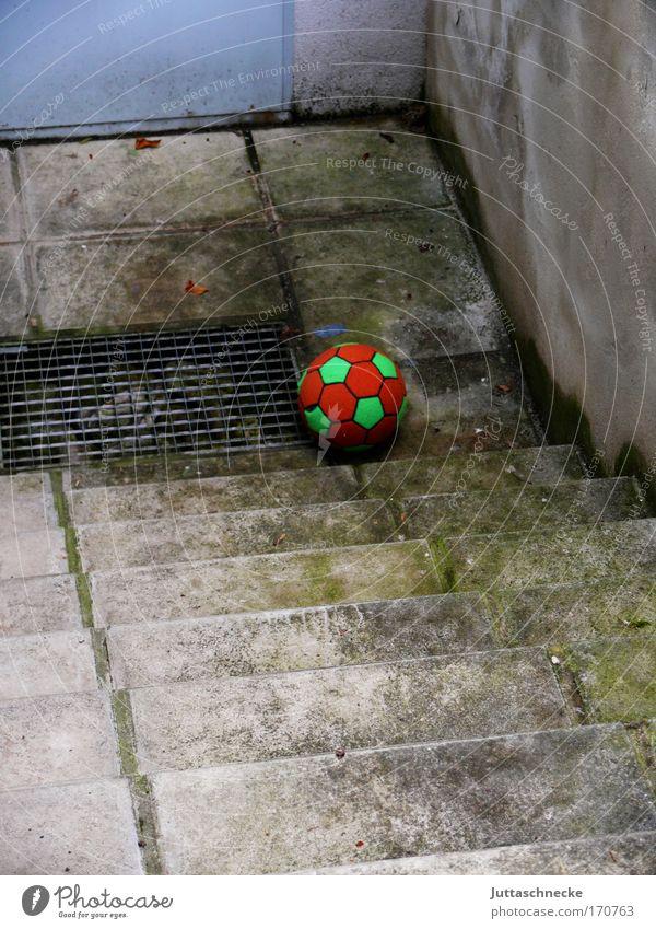 Verloren und vergessen grün rot Spielen grau Beton Treppe Spielzeug unten verloren Keller Gitter