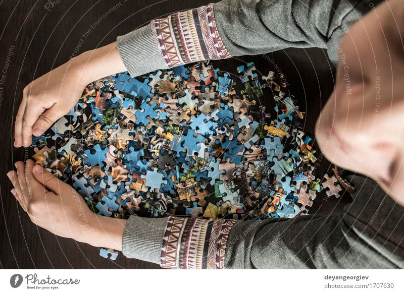Kind und Puzzle. Freude Spielen klein Aktion Kindheit Kreativität Tisch Idee Spielzeug heimwärts Anhäufung Rätsel Kaukasier