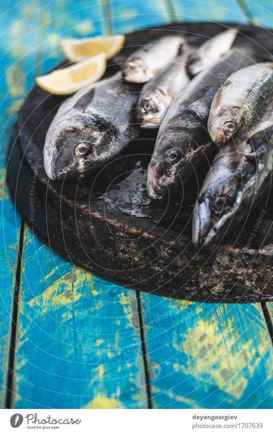 Roher Fisch. Dorade, Wolfsbarsch, Makrele und Sardinen blau schwarz Speise frisch Mahlzeit Mittagessen Fett Zitrone roh Zutaten Pfanne Meeresfrüchte braten