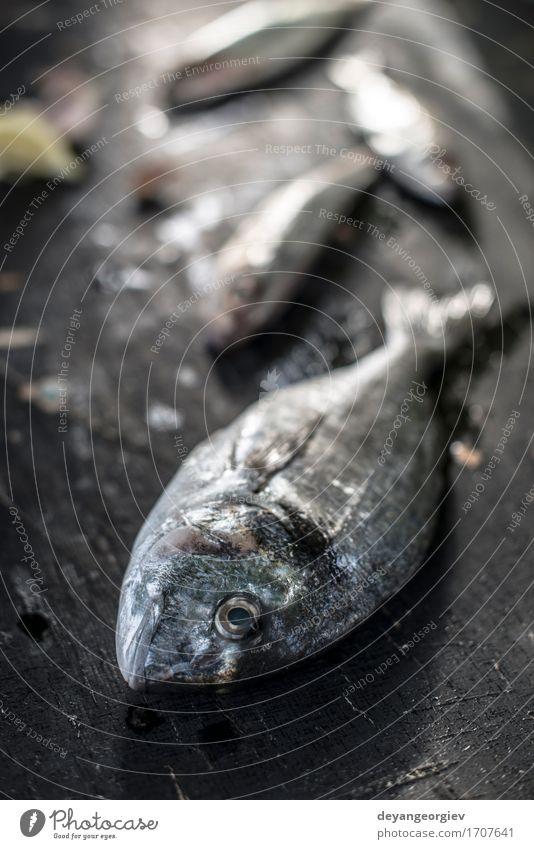Rohe Seebrassenfische auf Dunkelheit Meeresfrüchte Mittagessen Abendessen Diät Gastronomie Holz dunkel frisch lecker schwarz weiß Brasse Fisch Lebensmittel roh